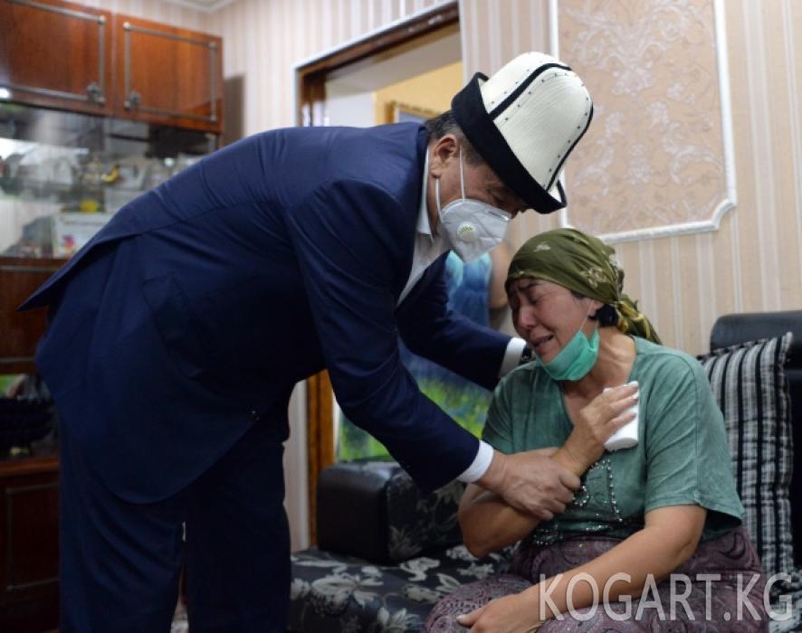 Президент Сооронбай Жээнбеков Адинай Мырзабекованын үй-бүлөсүнө...