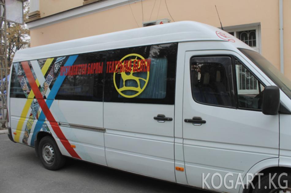 Президент Алмазбек Атамбаев Жалал-Абаддагы Барпы театрына автоунаа...