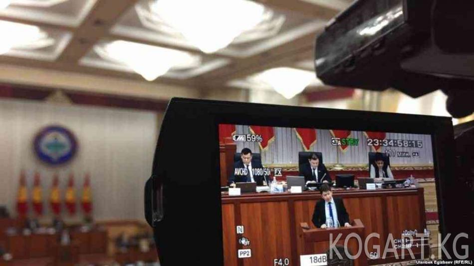Президент Сапар Исаков баштаган өкмөттү кызматтан кетирди