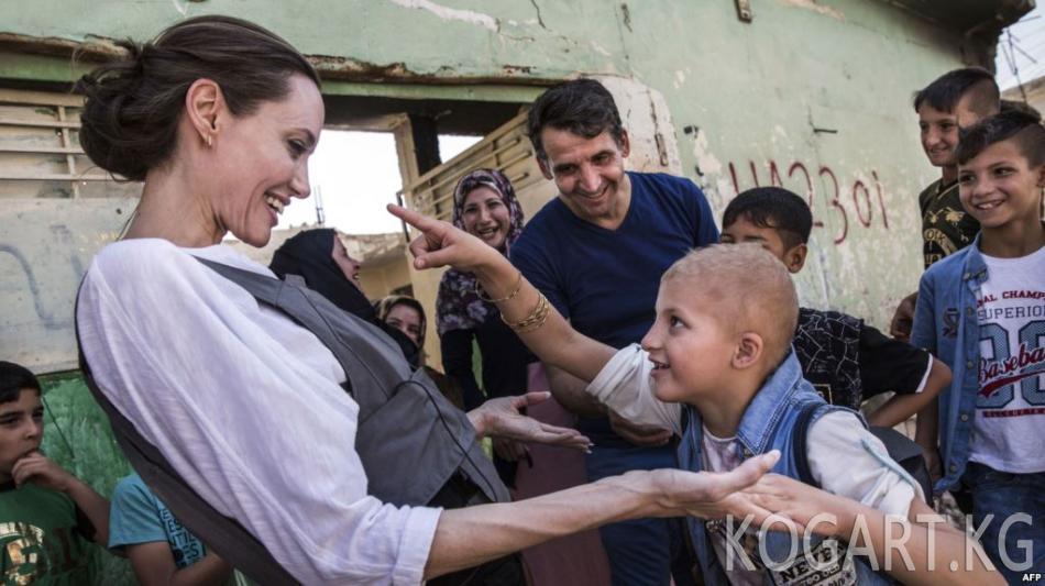 Анжелина Жоли Ирактагы сириялык качкындардын лагерине барды