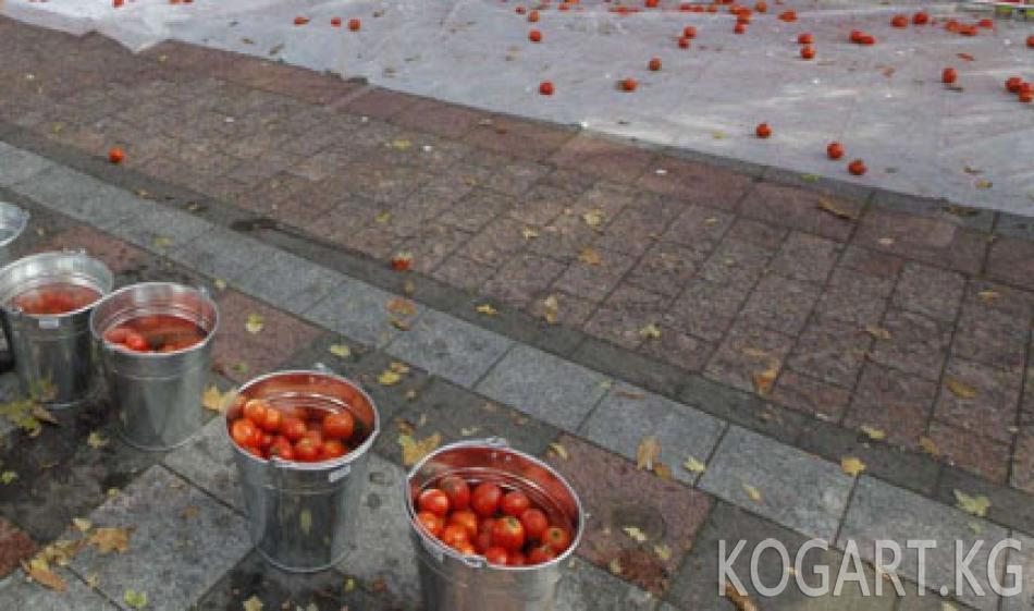 Өзбек соодагерлер тартип сакчыларын помидор, капуста менен урушту