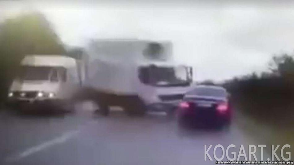 Өзбекстанда прокурордун орун басары жол жээгинде бараткан келинди...