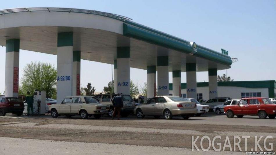 Ашхабад жашоочулары бензинди алдын ала сатып алышууда