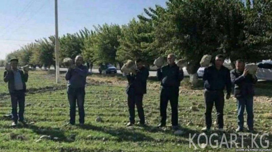 Өзбекстанда жергиликтүү чиновниктер талаада топурак көтөрүп...