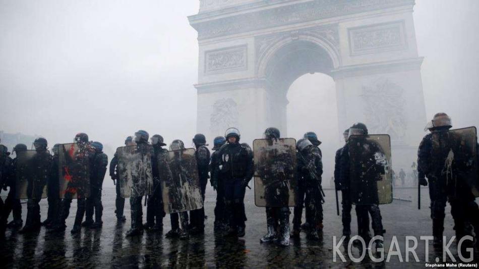Макрон өкмөттү демонстранттар менен сүйлөшүүгө чакырды