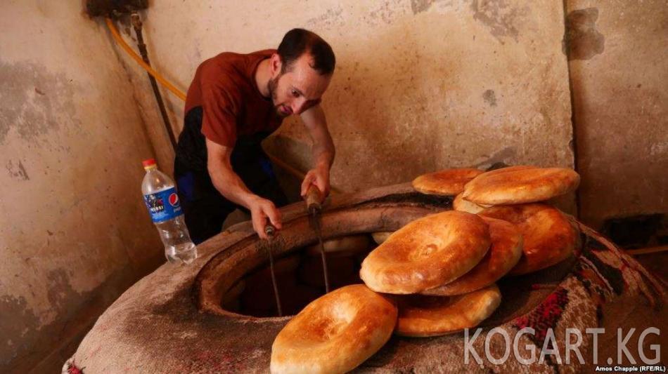 Өзбекстанда арзан ун сатып алуу үчүн кезекте тургандар мушташууда