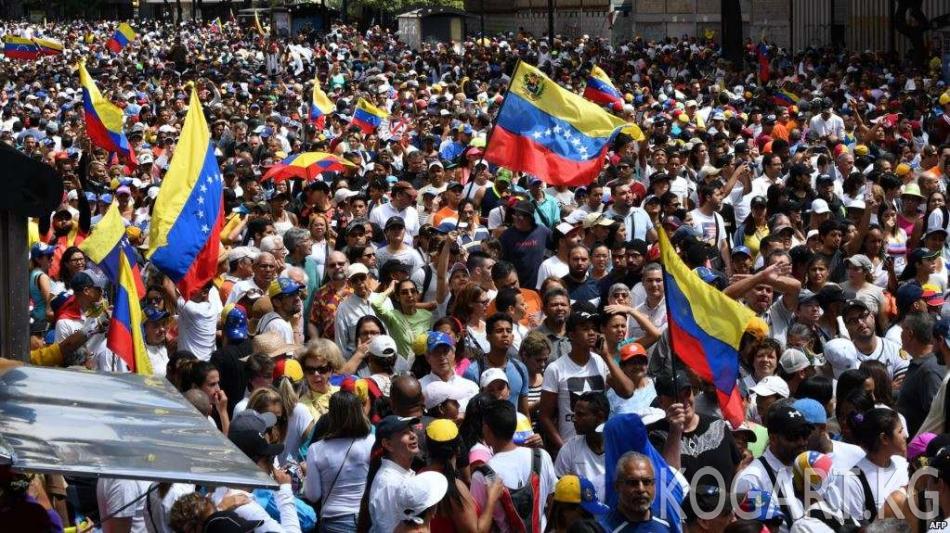 Венесуэлада оппозиция лидери өзүн президент катары жарыялады