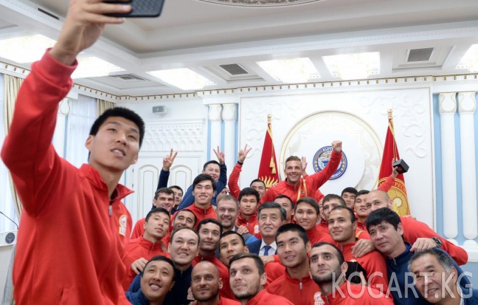 Президент Сооронбай Жээнбеков футбол боюнча Улуттук курама...