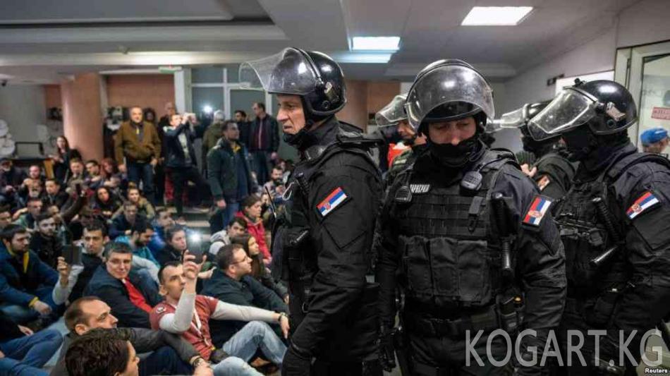 Белградда демонстранттар президенттин резиденциясын курчап алышты