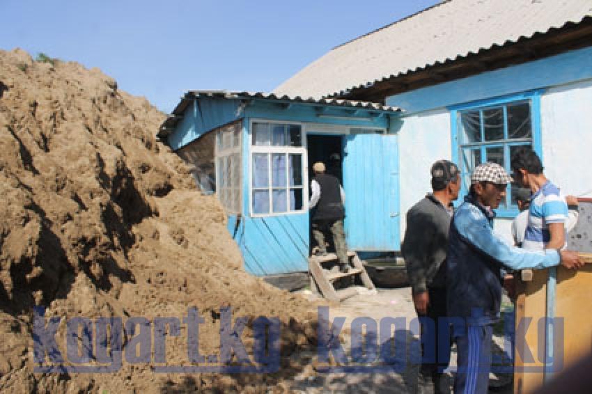 Министр К.Боронов Сузак районундагы жер көчкү болгон жердеги...