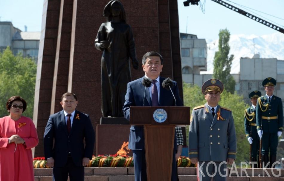 Президент Сооронбай Жээнбеков кыргызстандыктарды Жеңиш күнү менен куттуктады (ФОТО)