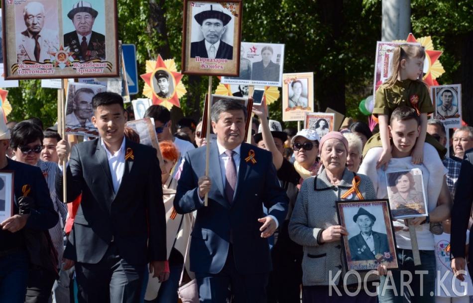 Президент Сооронбай Жээнбеков «Өлбөс полк» жүрүшүнө катышты