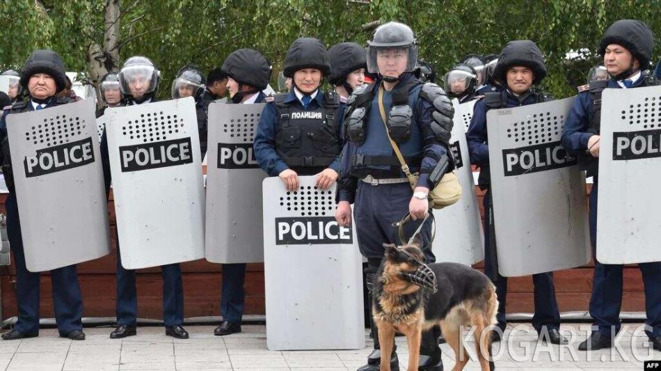 Казакстанда митингдер маалында 300гө жакын полиция кызматкери жаракат алган