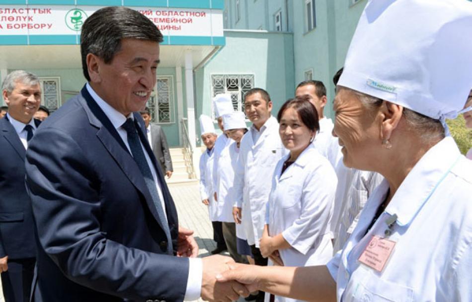 Президент Сооронбай Жээнбеков Баткен шаарындагы курулуп жаткан Үй-бүлөлүк медицина борбору менен таанышты