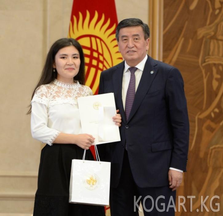 Президент Сооронбай Жээнбеков 2019-жылдын бүтүрүүчүлөрүнө алтын...