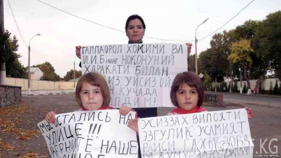 Өзбекстанда чочко баккан аялды үйүнөн кубалап жатышат