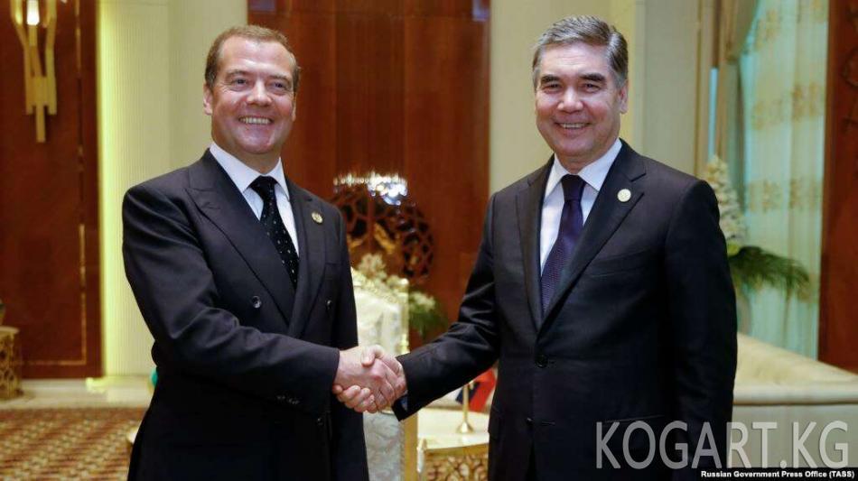 Түркмөн президенти эл алдына чыгып, Орусиядан лимузиндерди сатып алды