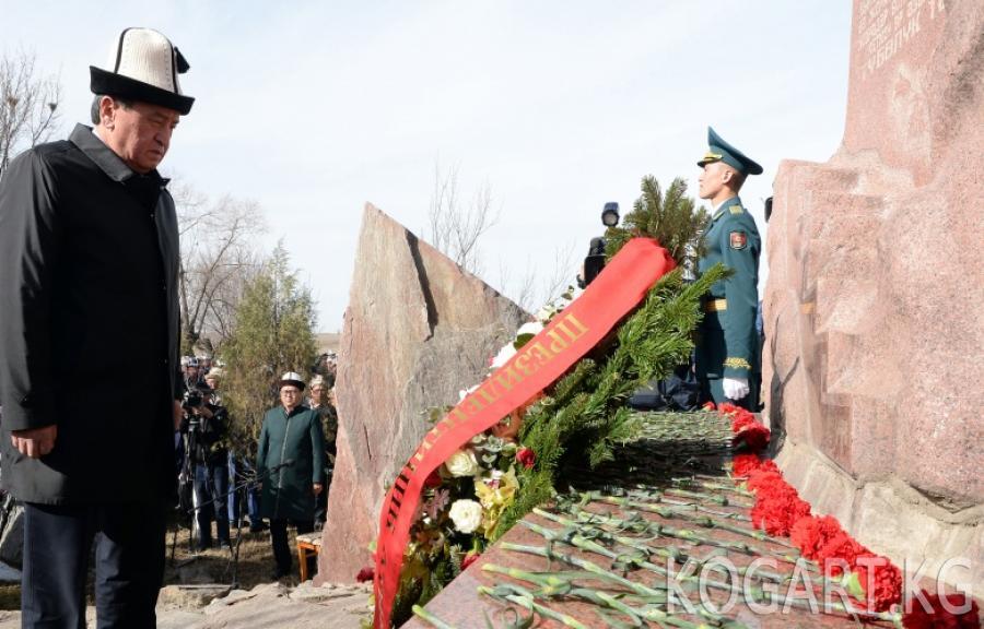 Президент Сооронбай Жээнбеков Аксы районундагы Боспиек айылында Аксы окуяларында курман болгондорду эскерүү митингине катышты
