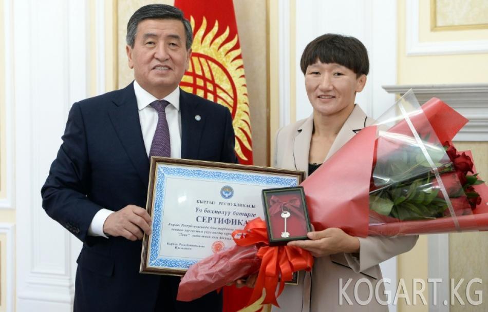 Президент Сооронбай Жээнбеков дүйнө чемпиону Айсулуу Тыныбекова...
