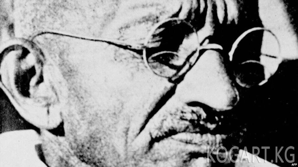 Индияда Махатма Гандинин күлү сакталган урна уурдалды