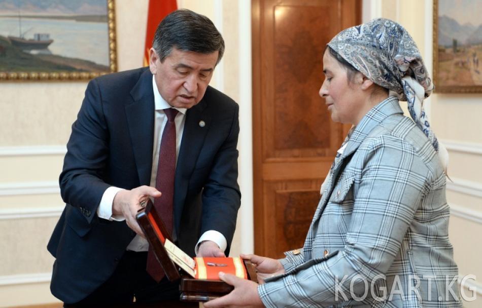 Президент Сооронбай Жээнбеков курман болгон аскер кызматкери Равшан...