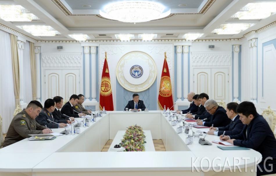 Президент Сооронбай Жээнбеков чек арадагы абал боюнча кеңешме өткөрдү