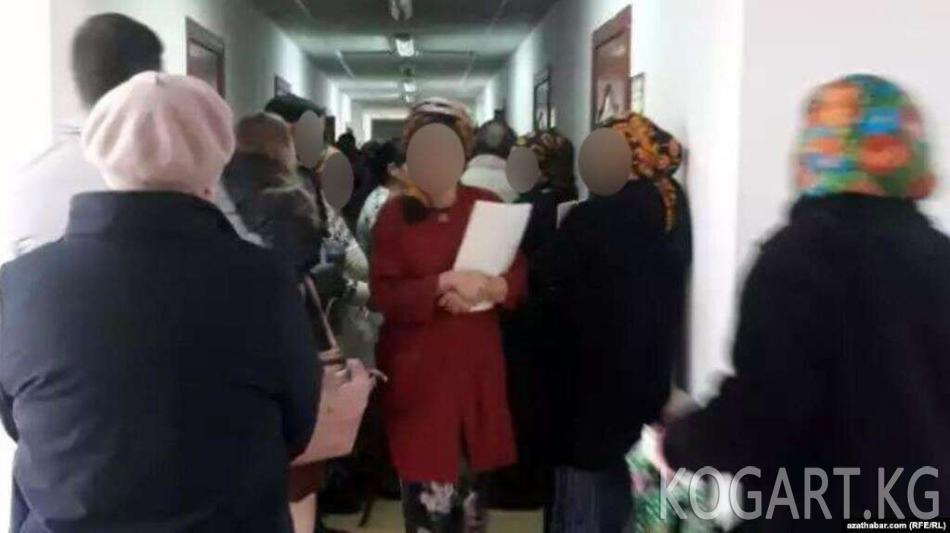 Ашхабадда пенсионерлер тирүү экенин тастыктоо үчүн кезекке турушууда
