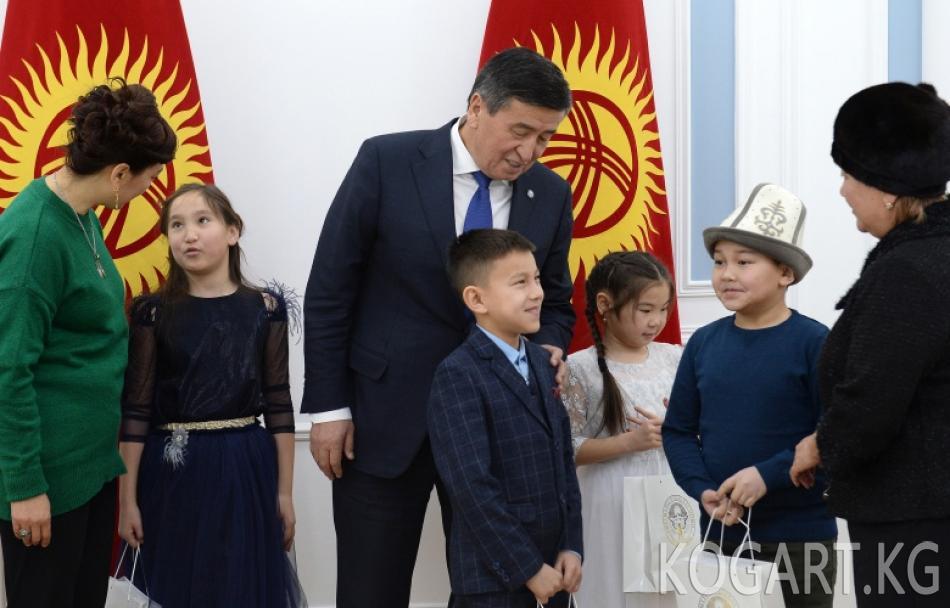 Президент Сооронбай Жээнбеков 2017-жылы Дача-Су айылында самолеттун...