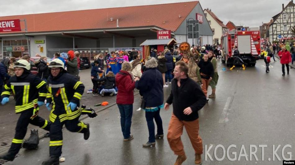 Германияда карнавалга чогулгандары машине сүзүп кетти