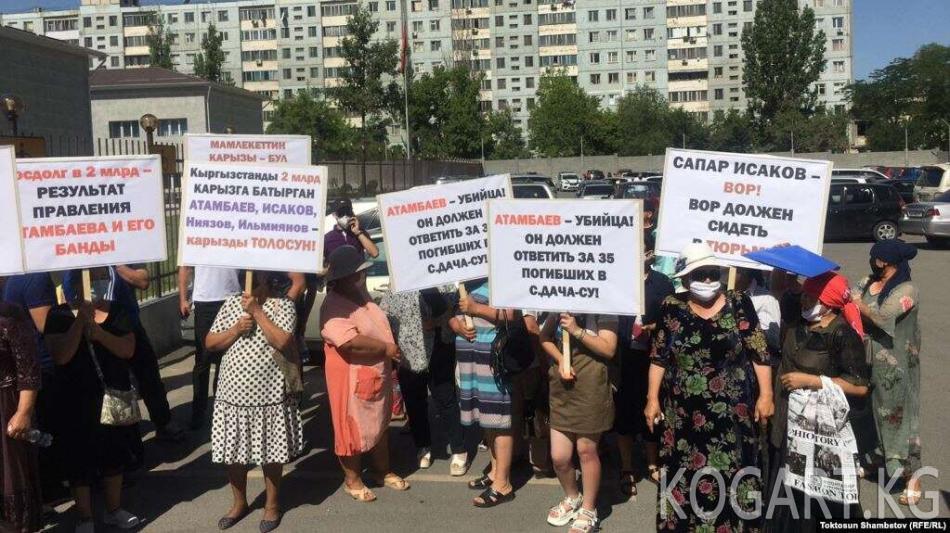 Бишкекте Атамбаевге каршы жана аны колдогон митинг өтүп жатат