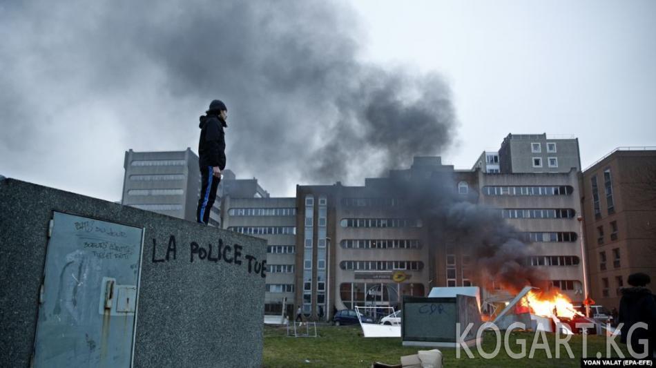Парижде миңдеген киши полиция зомбулугуна каршы нааразылык өткөрүштү