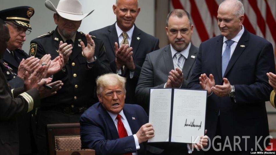 Трамп полицияны реформалоо тууралуу жарлыкка кол койду