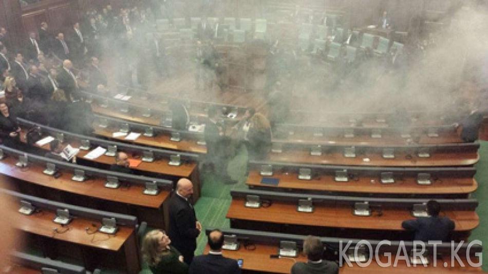 Косоводо парламент жыйыны көздөн жаш агызуучу газ менен токтотулду