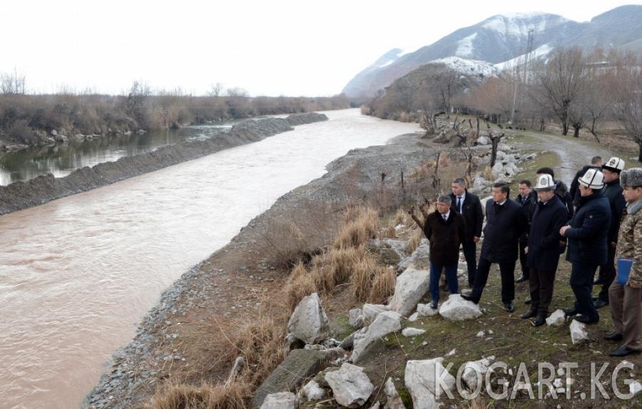 Президент Сооронбай Жээнбеков Көк-Арт дарыясынан өтүүчү көпүрөнүн...